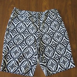 Dana Buchman Size 6 Black and White Shorts